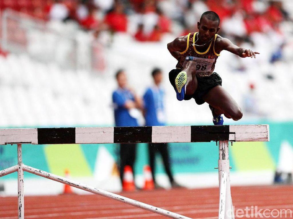 Pushpalrumara melompat saat bertanding di 3.000 meter halang rintang yang dihelat di Stadion Utama Gelora Bung Karno, Senayan, Jakarta, Rabu (14/2/2018).