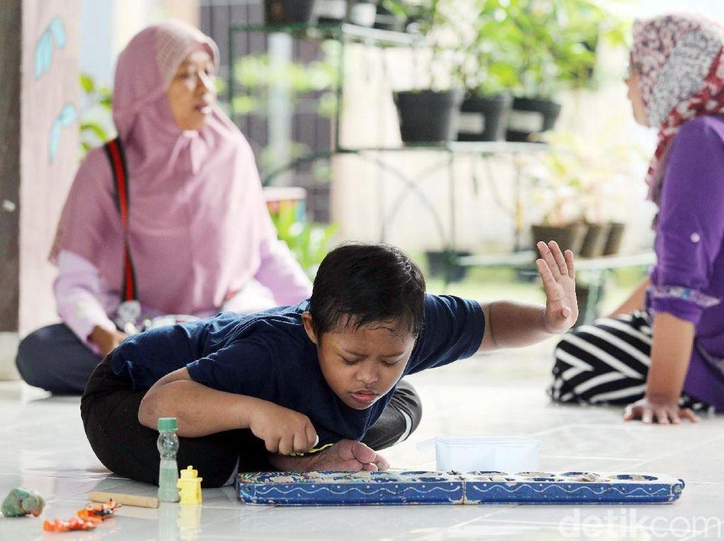 Seperti halnya ibu lainnya, Suhartini pun kadang merasa sedih kalau Arief sedang sakit.