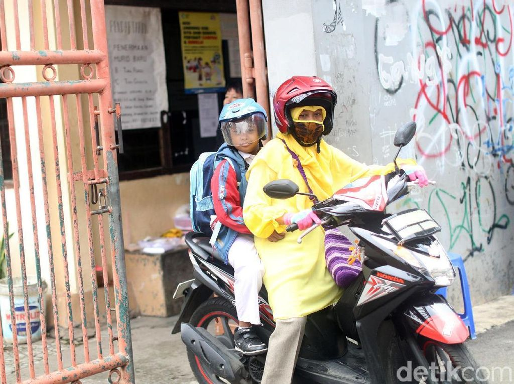 Suhartini setiap hari mengantar dan menunggu Arief bersekolah di SLB - B Frobel Montessori di Jl. Condet Bale Kambang Gang Masjid Al-Mabruk No. 63, Condet, Kramat Jati, RT.11/RW.3, Balekambang, Kramatjati, Jakarta Timur.