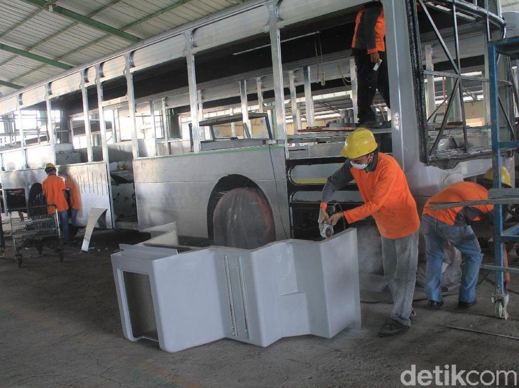 TransJakarta menambah 300 unit armada barunya jenis bus low entry. Dari 300 unit tersebut, 101 bus yang dirakit menggunakan bodi bahan aluminium yang diklaim punya banyak manfaat. Foto: Khairul Imam Ghozali