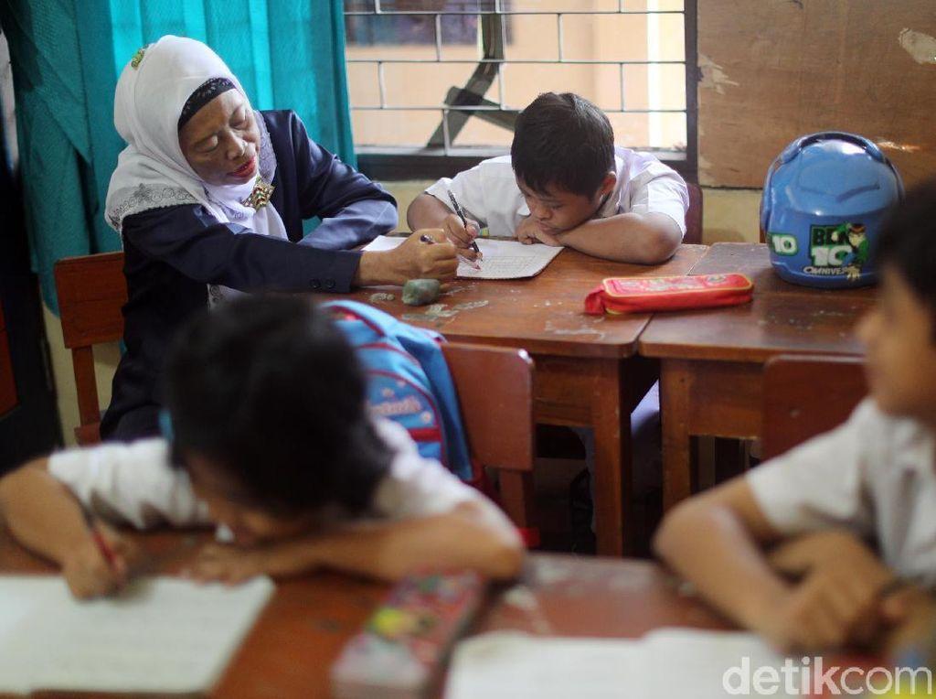 Aktivitas Arief saat berada di dalam kelas.
