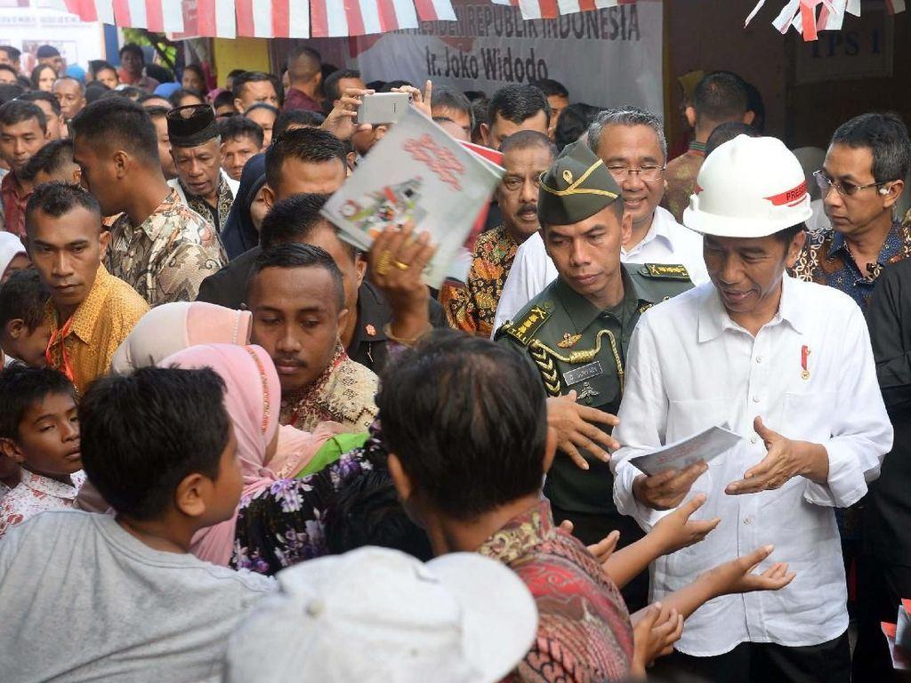 Presiden Joko Widodo mengatakan, hingga saat ini baru dua kementerian yang telah melaksanakan program padat karya tunai, yakni Kementerian Desa, Pembangunan Daerah Tertinggal, dan Transmigrasi dan Kementerian PUPR. Foto: dok. Kemendes PDT
