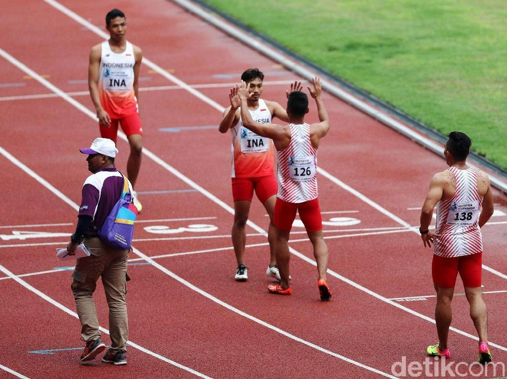 Para atlet lari Indonesia melakukan perayaan usai finish pertama.