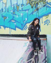 Baru-baru ini Dinda membagikan videonya terjatuh saat bermain skateboard. Padahal gadis berusia 22 tahun itu tidak bermain di arena yang ekstrem. (Foto: Instagram/dindakirana.s)
