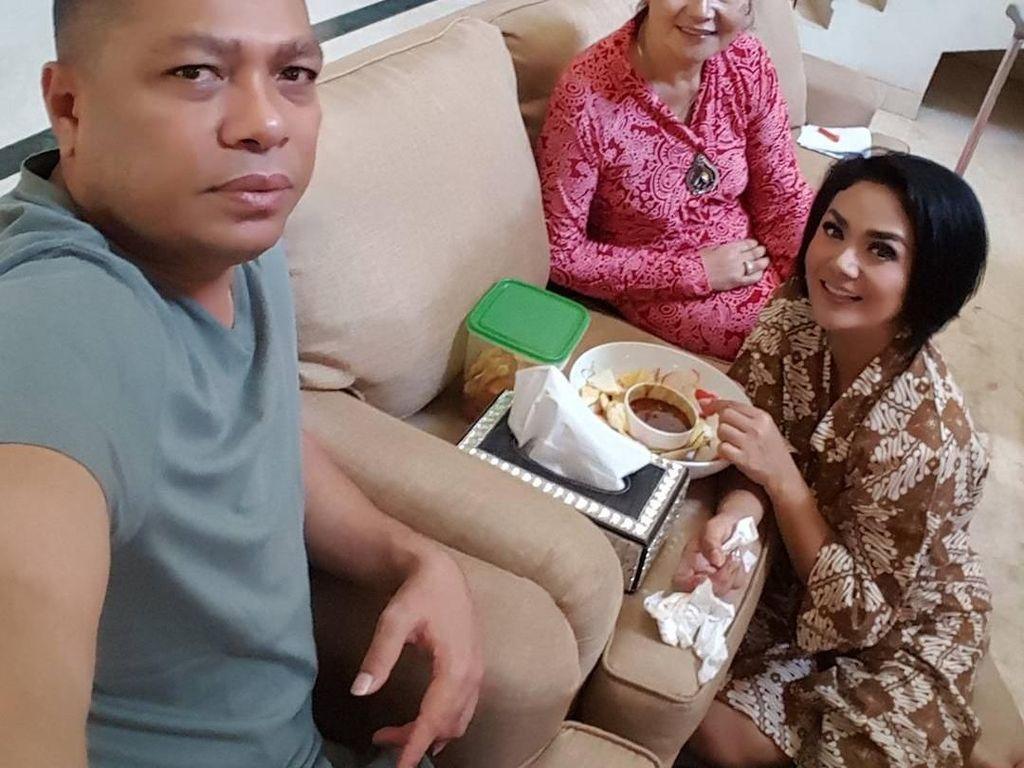 Duh, mimi KD makan rujak! Rujaknya ditaruh di atas sofa dan Diva Indonesia ini tidak masalah harus duduk di lantai beralas karpet itu. Foto: Instagram @raullemos06