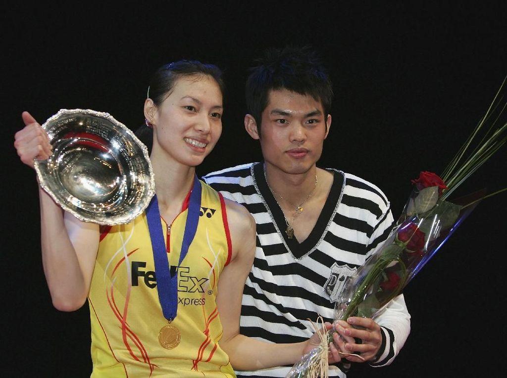 Lin Dan dan Xie Xingfang merupakan pasangan dari arena bulutangkis dengan menikah pada 23 September 2012. Sempat dilanda selingkuhnya Lin Dan, namun pasangan itu memutuskan untuk tetap bersama-sama sampai kini. Ayo tebak foto di atas diambil saat Xingfang juara apa ya? (Julian Finney/Getty Images)