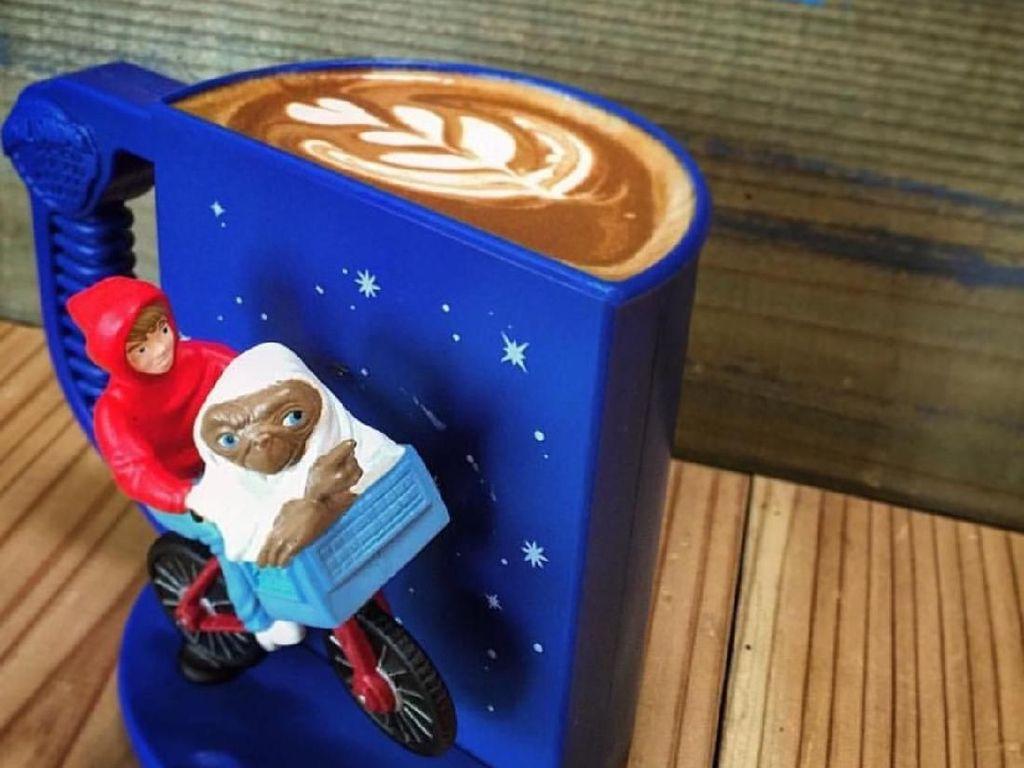 Gelas atau mug juga diberi ornamen sepeda yang lucu. Pokoknya pencinta kopi dan sepeda bakal betah di sini! Foto: Istimewa