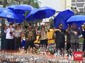 Di bawah Guyuran Hujan, Sri Mulyani Pecahkan Botol Miras