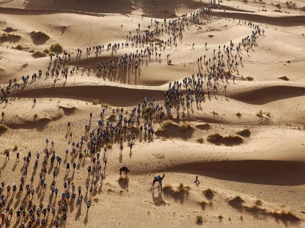 Pelari di Marathon Des Sables di gurun Sahara, Maroko - karya Erik Sampers. Foto: World Press Photo/The Washington Post