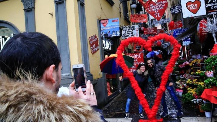 Pasangan berpose di Hari Valentine di Naples, Italia 14 Februari 2018. REUTERS / Tony Gentile