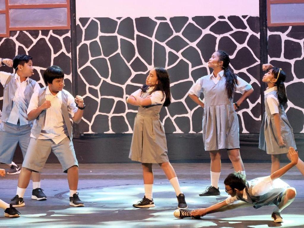 Karakter Sherina dan Sadam yang diperankan oleh Caecilia Laura dan Farell Irham Khairi mengingatkan penonton dengan sosok Sherina Munaf dan Derby Romero sewaktu dulu. Foto: JKTMOVEIN
