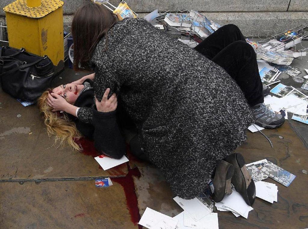 Seorang korban yang terluka setelah sebuah mobil menghantam kerumunan di trotoar Wesminster Bridge, London pada Maret silam - karya Toby Melville/Reuters. Foto: World Press Photo/The Washington Post