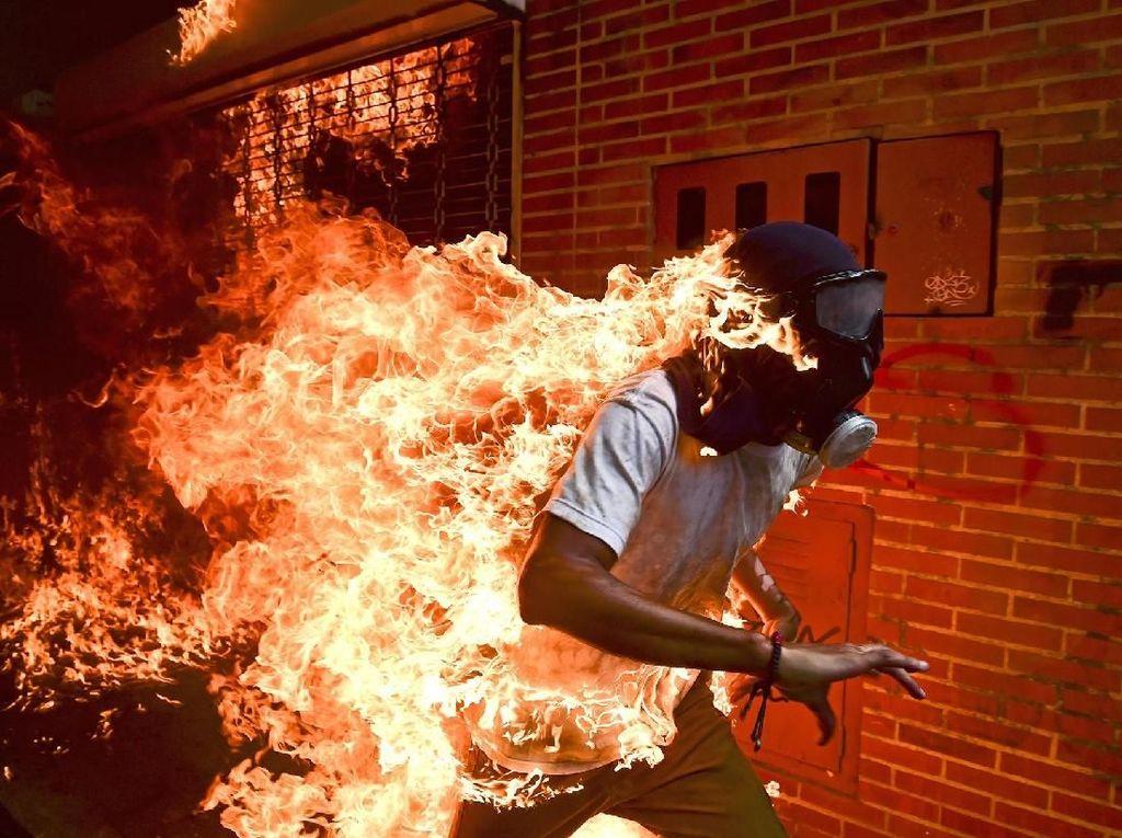 Jose Victor Salazar Balza terbakar api saat bentrokan memprotes Presiden Venezuela di Caracas - karya Ronaldo Schemidt/Agence France-Presse. Foto: World Press Photo/The Washington Post