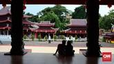 Kini, Klenteng Sam Poo Kong menjadi salah objek wisata religi yang populer di Semarang. Turis bisa memasuki kawasan klenteng dengan membayar tiket masuk seharga Rp25 ribu per orang.