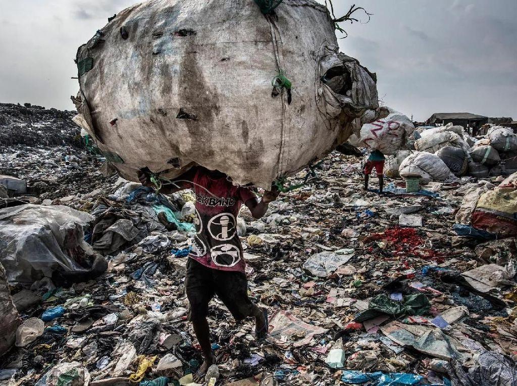 Pengolahan sampah yang didokumentasikan antara 20016-2017 di Jakarta, Tokyo, lagos, Nigeria, New York, Sao Paulo dan Amsterdam - karya Kadir van Lohuizen / Noor Images. Foto: World Press Photo/The Washington Post