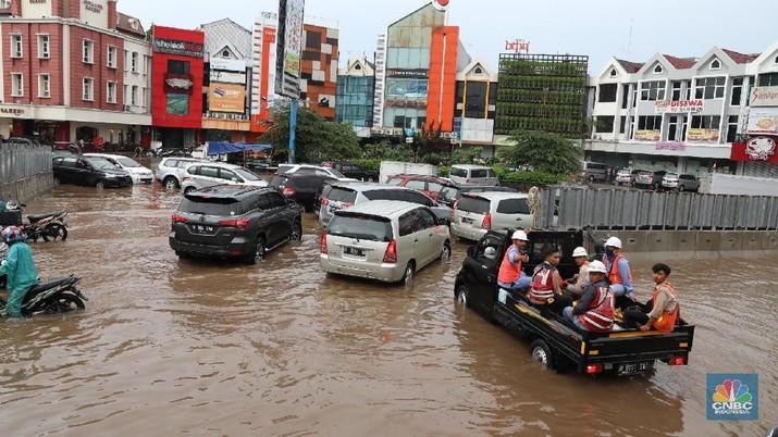 Suasana Banjir di Kawasan Kelapa Gading,  Jakarta,  Kamis (15/2/2018). Hujan deras yang cukup lama membuat kawasan pertokoan dan ruko elit di kawasan tersebut banjir. (CNBC Indonesia/Muhammad Sabki)