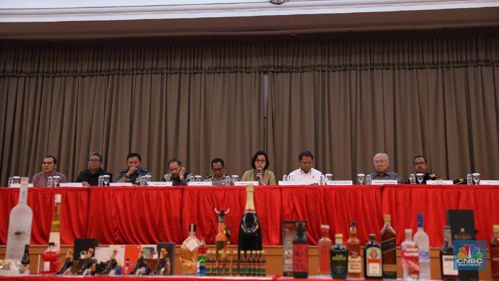 Menteri Keuangan Sri Mulyani Indrawati berbicara saat konfrensi pers pemusnahan barang-barang ilegal yang merugikan negara lebih dari Rp 45 miliar di Kantor Bea Cukai, Jakarta, Kamis, (15/2/2018). (CNBC Indonesia/Muhammad Sabki)
