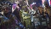 Penari mengenakan kostum Opera Pekin bersiap-siap untuk berparade dekat taman Surga Tang di Xian, Prov. Shaanxi, China, jelang perayaan Tahun Baru Imlek 2018. Di China, perayaan tahun baru Imlek sendiri bisa berlangsung hingga satu pekan. (AFP PHOTO / FRED DUFOUR)