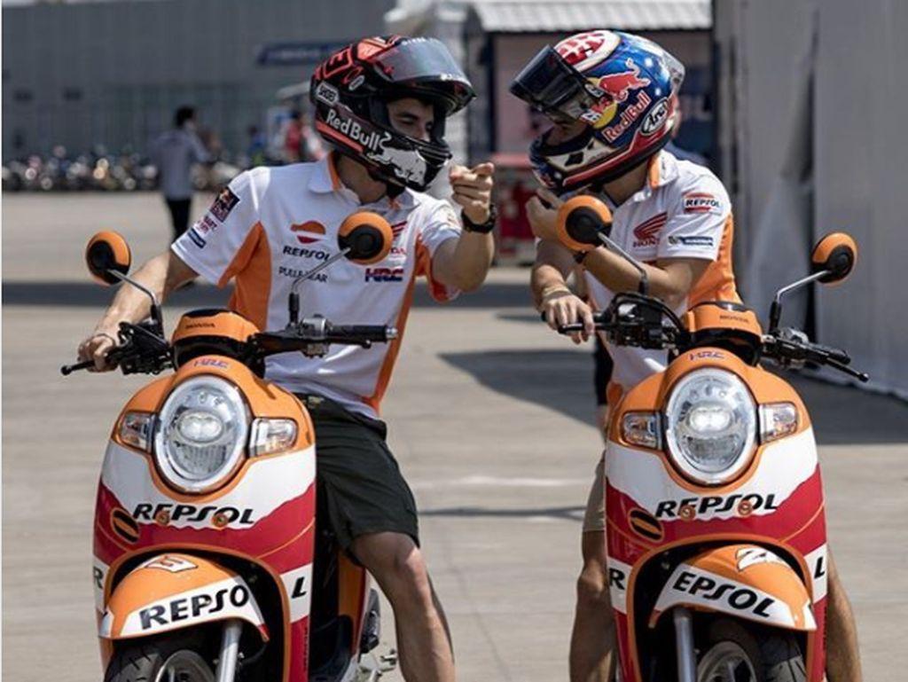 Marquez dan Pedrosa Cek Sirkuit Buriram Pakai Scoopy