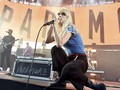 Paramore Setop Nyanyikan Lagu 'Misery Business'