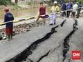 Hampir Seminggu, Jalan Retak di Matraman Masih Diperbaiki
