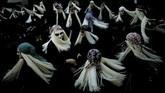 Penduduk kota Mundaka, Basque, Spanyol, berpakaian seperti Lamia dengan wajah yang dicat putih, mata hitam, dan mereka menari-nari pada sebuah karnaval. Lamia adalah mahluk mistis, bertubuh separuh hewan, yang senang menyisir rambut pirang panjang mereka dengan sisir emas. (REUTERS/Vincent West)