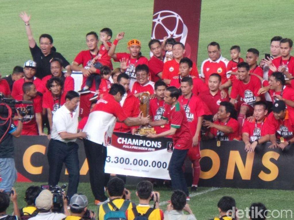 Presiden Jokowi menyerahkan Piala Presiden dan hadiah kepada Persija Jakarta yang keluar sebagai juara. (Foto: Niken Purnamasari/detikcom)
