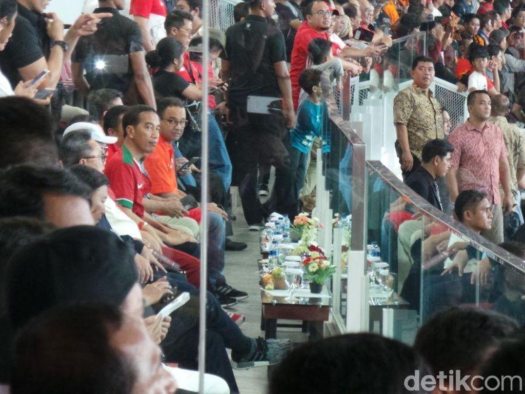 Jokowi dan Anies tampak duduk berdekatan saat pertandingan yang digelar di Stadion Utama Gelora Bung Karno ini digelar. (Foto: Niken Purnamasari/detikcom)