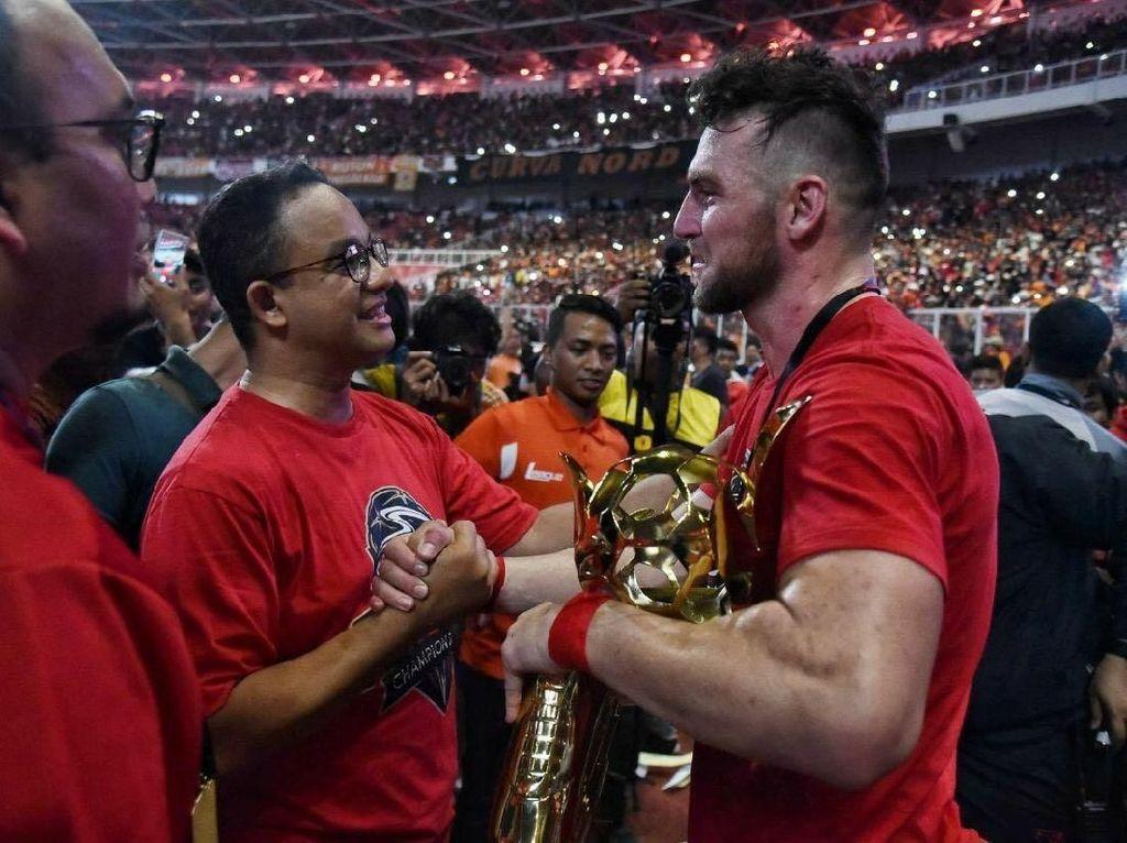 Anies tampak berbincang dengan striker Persija Marco Simic yang mendekap penghargaan sebagai topskor. (Foto: Dok. Tim Media Anies Baswedan)