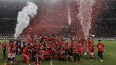 Seluruh pemain dan ofisial Persija Jakarta merayakan keberhasilan mengangkat trofi Piala Presiden 2018. (CNNIndonesia/Adhi Wicaksono)