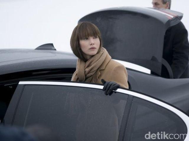 Jennifer Lawrence Naik Mobil Mewah Nan Glamor