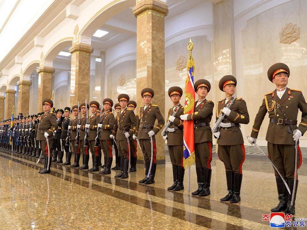 Tentara berjajar di Kusmusan Palace of the Sun. Kusmusan Palace of the Sun di Pyongyang yang sebelumnya merupakan kediaman resmi pemimpin Korut, difungsikan menjadi Mausoleum sejak pendiri Korut, Kim Il-Sung, meninggal tahun 1994 lalu. Kim Il-Sung merupakan kakek Kim Jong-Un.