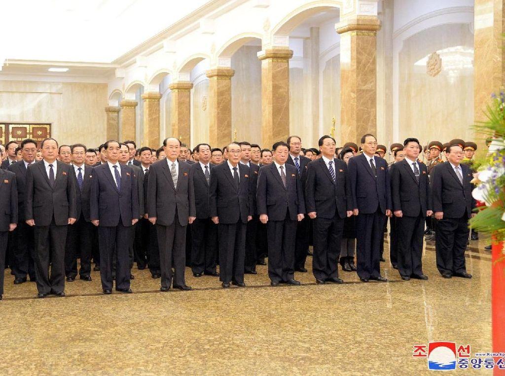 Jajaran pejabat tinggi Partai Pekerja Korea tampak mendampingi Kim Jong-Un. Di antaranya terdapat Choe Ryong-Hae selaku Wakil Komisi Pusat Partai Pekerja Korea dan Ri Su-Yong yang merupakan Wakil Ketua Urusan Internasional pada Komisi Pusat Partai Pekerja Korea. Menurut laporan itu, tidak ada pejabat militer Korut yang mendampingi Kim Jong-Un ke Mausoleum