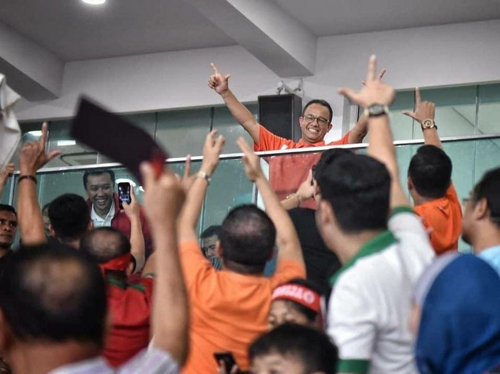 Anies tampak mengangkat kedua tangannya sembari menunjukkan salam jempol-telunjuk khas suporter Persija, The Jakmania. (Foto: Dok. Tim Media Anies Baswedan)