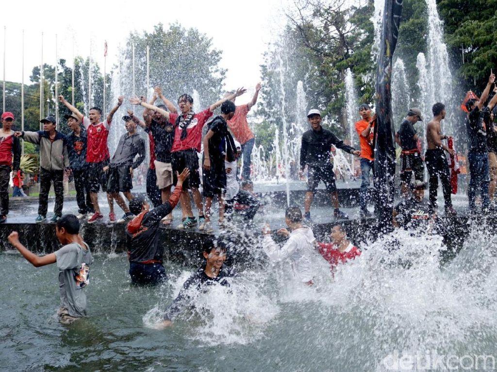Aksi Jakmania Nyebur di Kolam Balai Kota