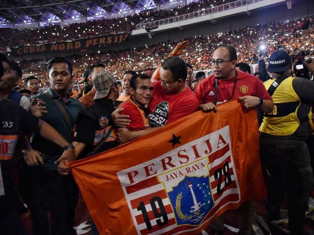 Anies bersama Jakmania yang merayakan kemenangan tim Ibu Kota di partai final Piala Presiden. (Foto: Dok. Tim Media Anies Baswedan)