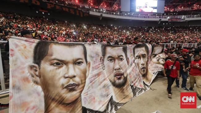 Spanduk bergambar pemain kunci Persija Jakarta turut menjadi saksi kemenangan tim ibu kota dan meriahnya pesta juara di turnamen pramusim 2018. (CNNIndonesia/Adhi Wicaksono)