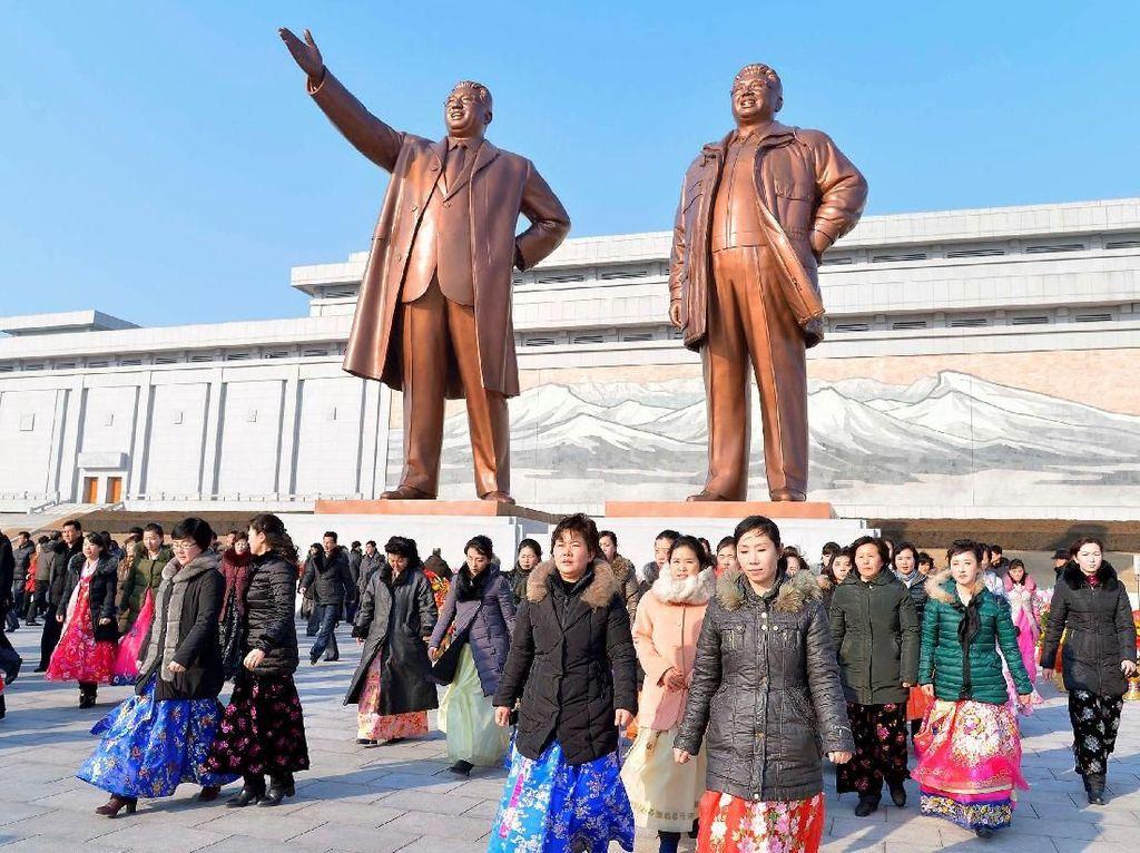 Warga Korut lalu mengunjungi patung Kim Il-Sung dan Kim Jong-Il di Pyongyang.