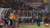 Skor 3-0 untuk Persija Jakarta berakhir hingga wasit Oky Dwi Putra meniup peluit akhir. Pelatih Persija, Stefano Cugurra, merayakan kemenangan bersama pemain dan ofisial Persija yang ada di bangku cadangan serta The Jakmania yang memenuhi tribune. (CNNIndonesia/Adhi Wicaksono)