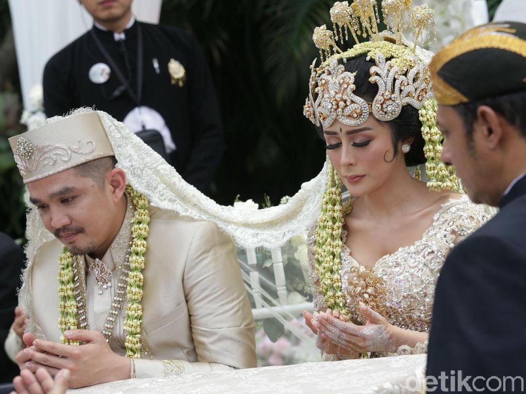 Keduanya pun resmi menjadi sepasang kekasih dihadapan Kepala KUA Pasar Minggu, H. Ahmad Mawardi.
