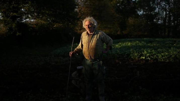 Bernard Huon Petani asal prancis melestarikan cara hidup leluhur petani dengan menggunakan kerbau untuk membajak ladangnya.