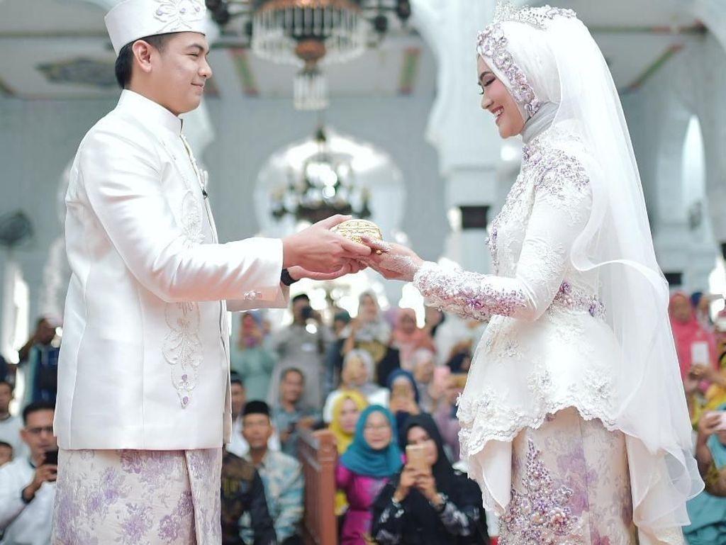 10 Gaya Hijab Pramugari Cantik, Istri Baru Tommy Kurniawan