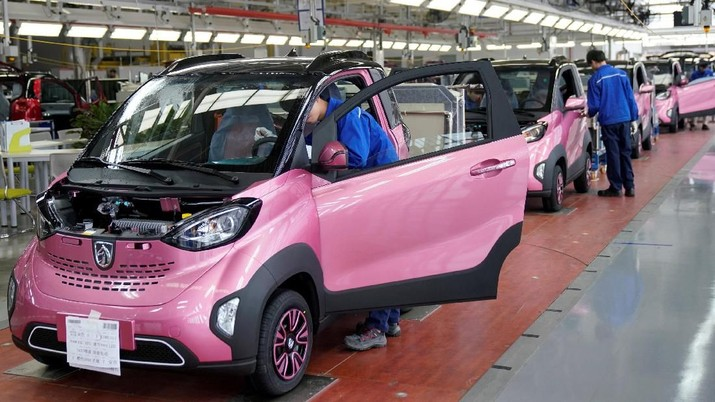 FILE PHOTO: Workers inspect Baojun E100 all-electric battery cars at a final assembly plant operated by General Motors Co and its local joint-venture partners in Liuzhou, Guangxi Zhuang Autonomous Region, China, December 27, 2017.  REUTERS/Aly Song/File Photo