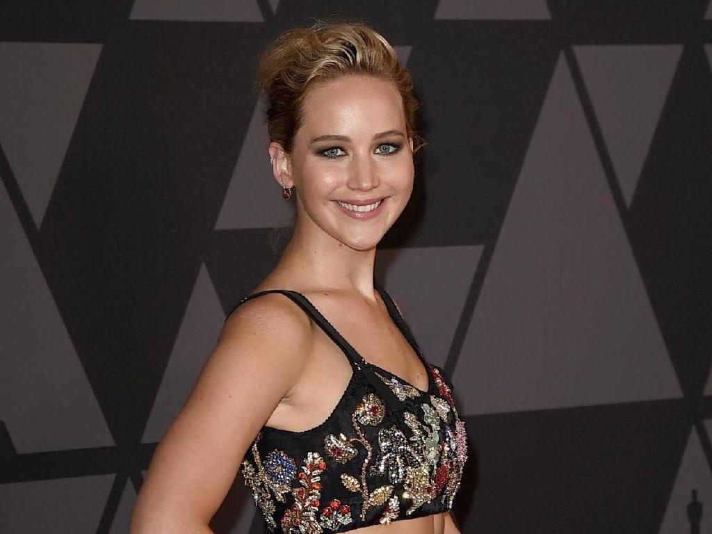 Foto: Jennifer Lawrence Pelit Senyum di Red Carpet BAFTA, Ada Apa Sih?