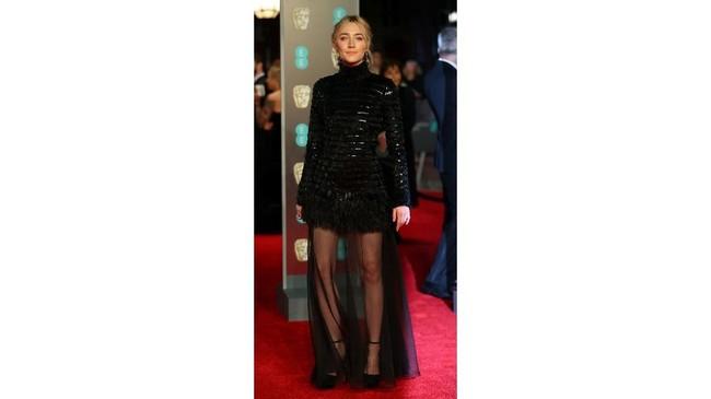 Dinominasikan untuk perannya di ladybird, Saoirse Ronan tampil sedikit lebih seksi dengangaun berkerah tinggi namun sheer di bagian rok bawahnya. Dia memakai gaun dari Chanel. REUTERS/Hannah McKay