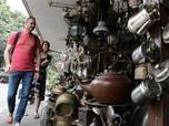 Melirik Barang Antik di Jalan Surabaya