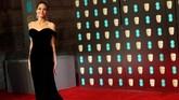Angelina Jolie tampil memukau dengan little black dress seksinya yang terbuka di bagian punggung. Dia memakai gaun hitam dan berslit panjang 'tersembunyi' dari Ralph & Russo. (REUTERS/Hannah McKay)