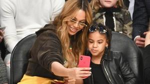 Aksi Kompak Beyonce-Blue Ivy Saat Berbusana Keemasan