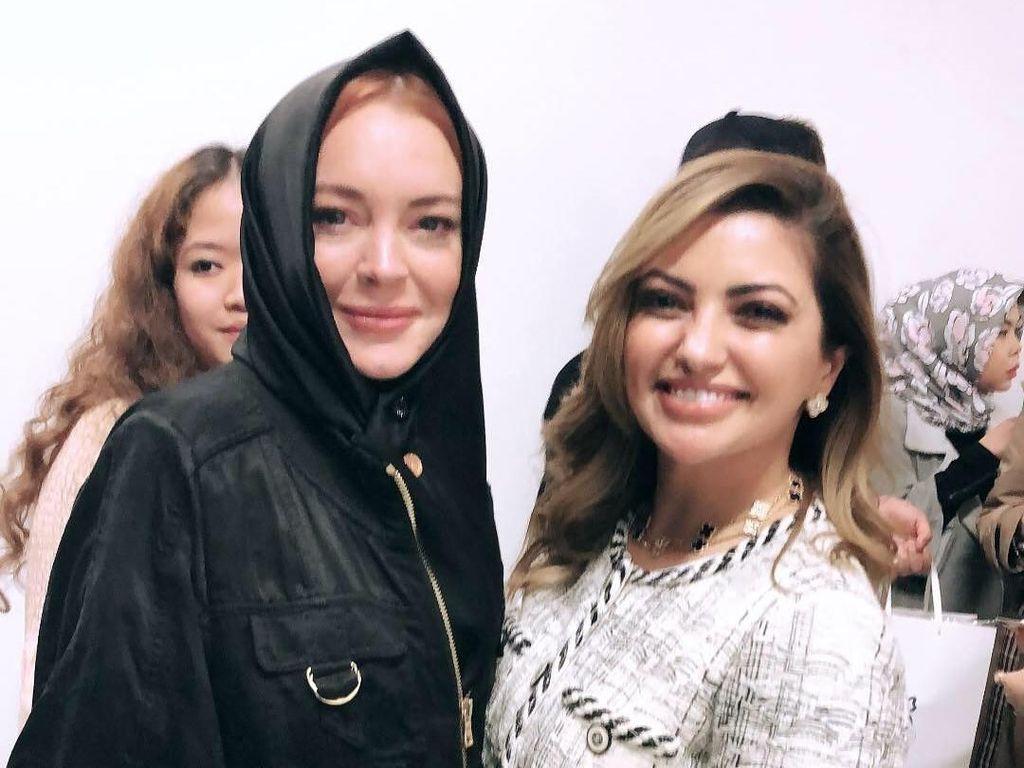 10 Gaya Lindsay Lohan Berkerudung yang Curi Perhatian