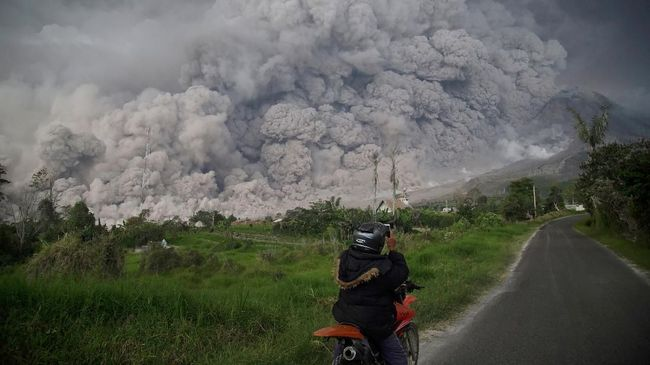 Sinabung Erupsi, Empat Kecamatan di Karo Diselimuti Abu
